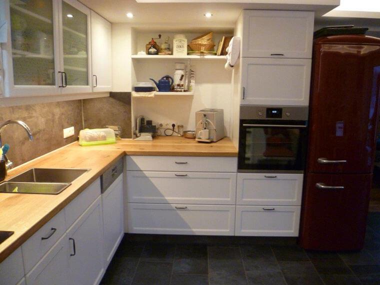 Küche im Landhausstil mit Arbeitsplatte Eiche massiv